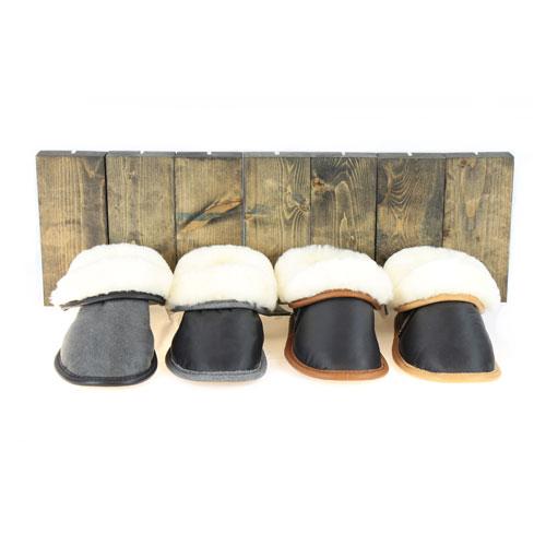 pantoufles-en-mouton-et-en-cuir-noir-ensemble